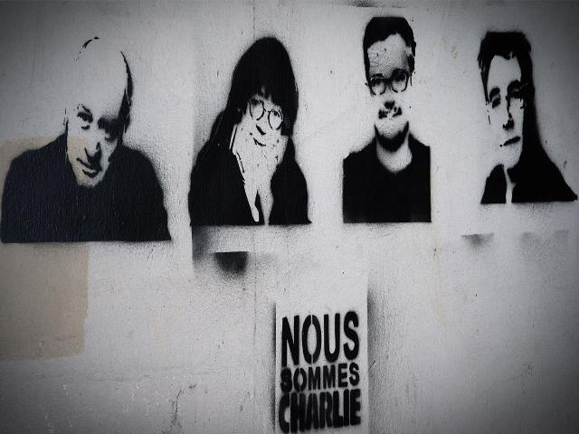 Stencil e paste up per ricordare i ragazzacci di Charlie Hebdo