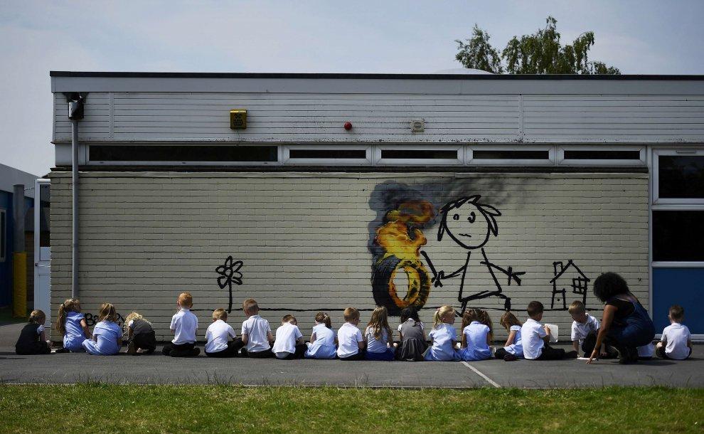 Banksy sale in cattedra e regala un murale agli alunni di Bristol
